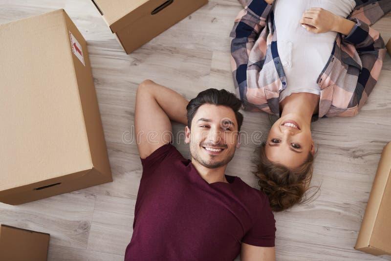 从移动的家的微笑的夫妇画象休假 免版税库存图片