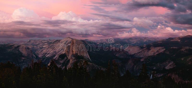 从稍兵圆顶,优胜美地的Alpenglow 免版税库存图片