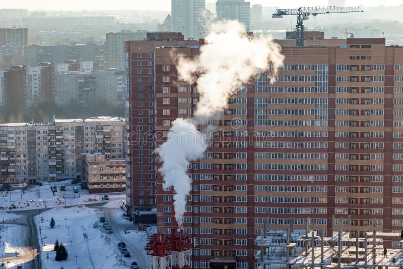 从空气的看法在从烟来自污染的植物的红色和白色管子 库存照片