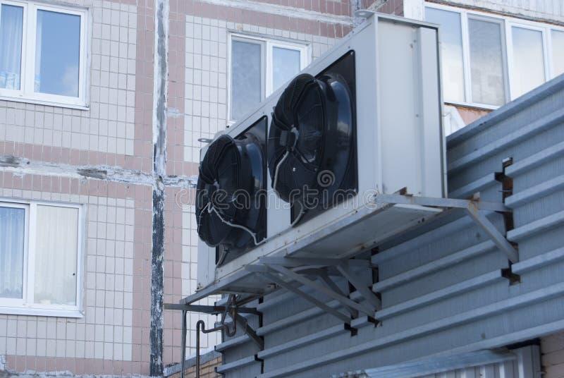 从空调器的两个大黑工业爱好者 免版税库存图片