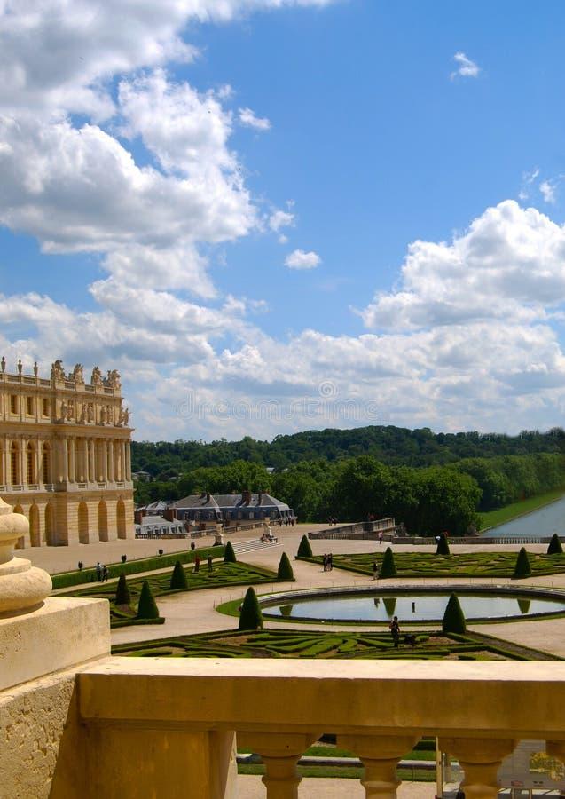 从窗口的宫殿凡尔赛垂直的庭院视图 免版税库存照片
