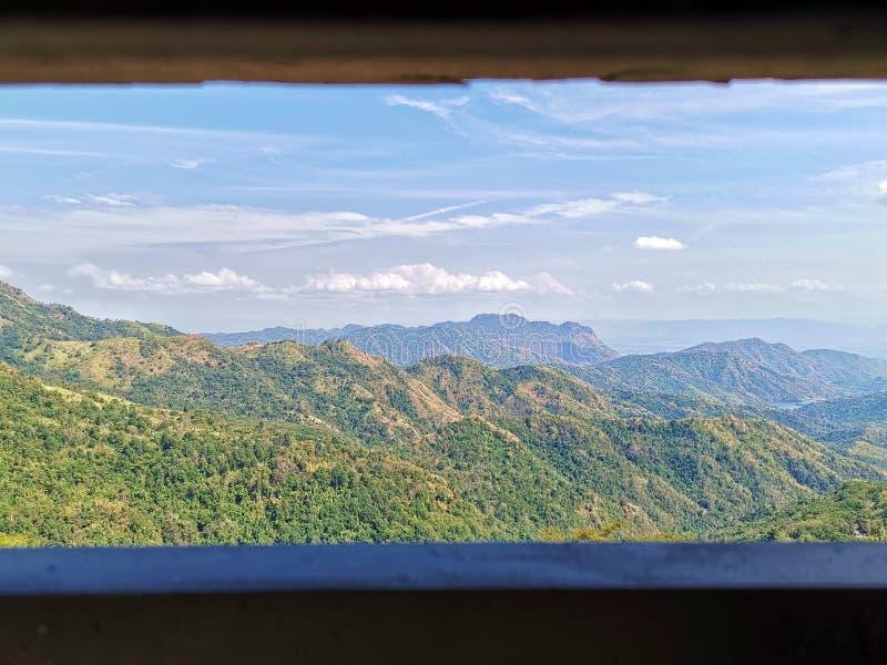 从窗口的看法在一个美妙的风景 水池和山背景 AtKhao Kho,碧差汶府Province泰国 免版税库存图片
