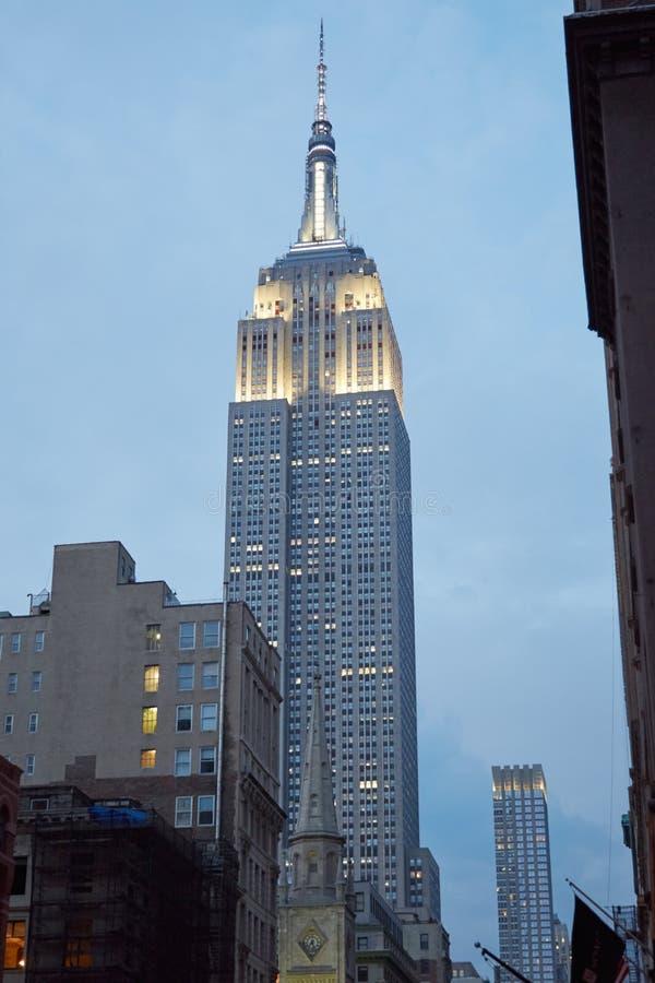 从第五大道的帝国大厦在纽约在晚上 免版税库存图片
