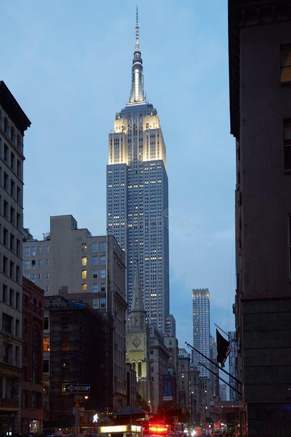 从第五大道的帝国大厦在纽约在晚上 库存图片