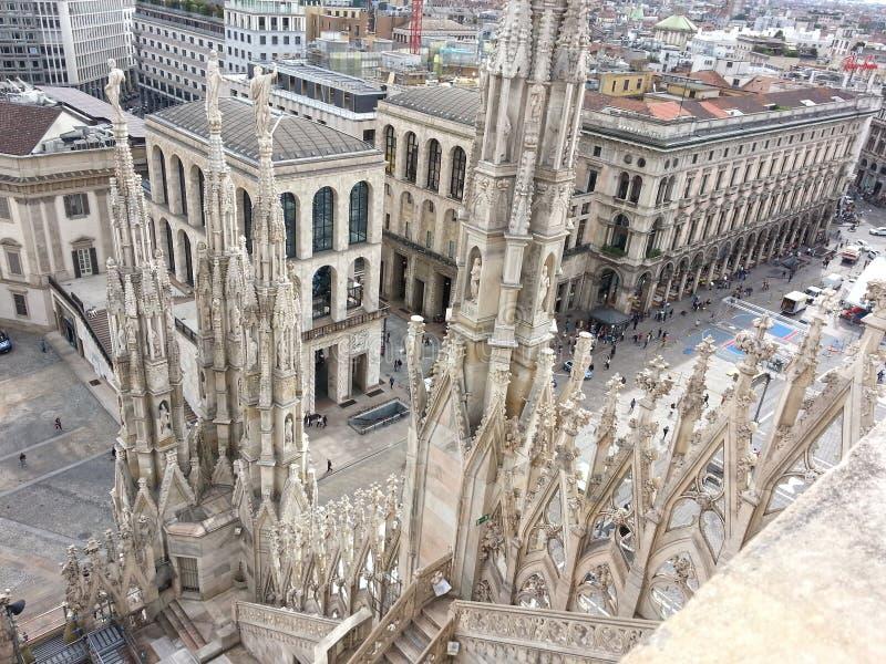从米兰大教堂的屋顶的看法 库存图片