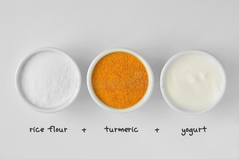 从米粉、姜黄和酸奶做的自创面罩 图库摄影