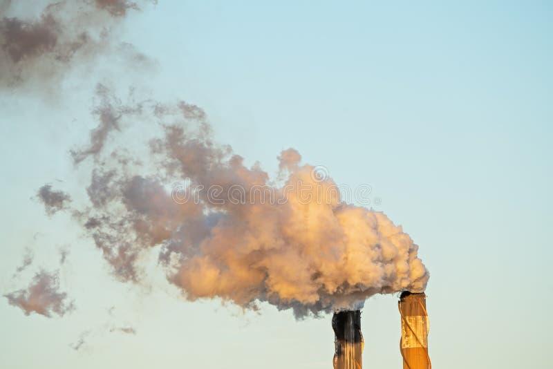 从糖厂精炼厂的烟污染 库存照片