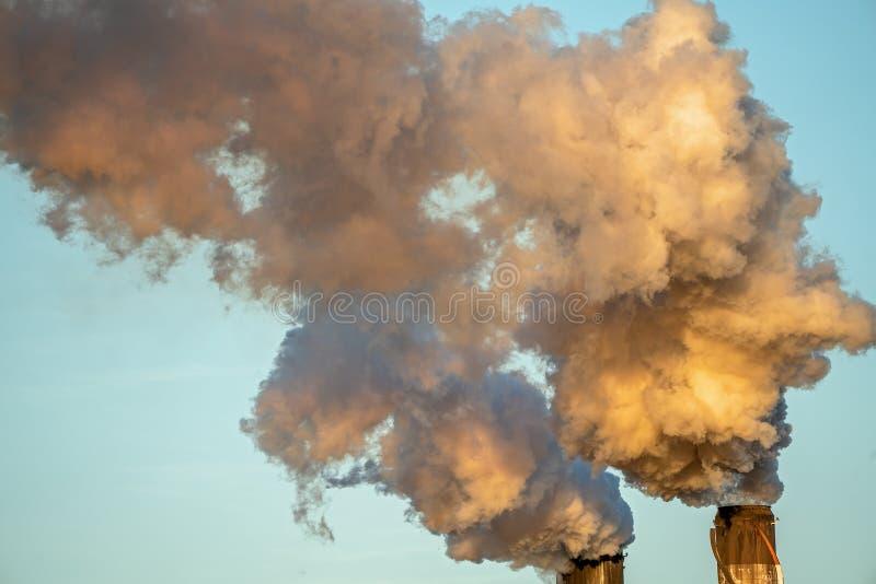 从糖厂精炼厂的烟污染 免版税图库摄影