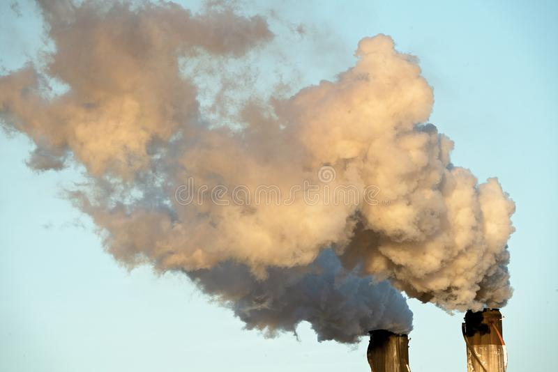 从糖厂精炼厂的烟污染 免版税库存照片