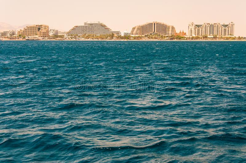 从红海的海景视图埃拉特海滩的,南部的手段著名旅馆的在以色列 免版税图库摄影