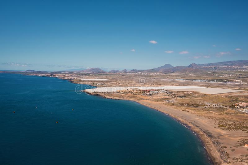 从红色山的顶端特内里费岛南海岸线视图 免版税库存图片