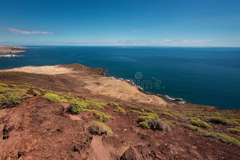 从红色山的顶端特内里费岛南海岸线视图 库存图片