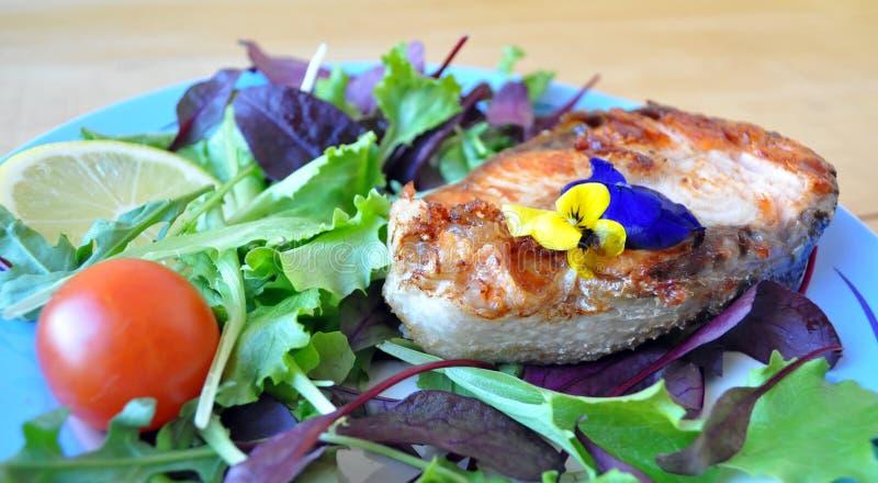 从红色鱼的牛排用柠檬和调味汁 库存照片