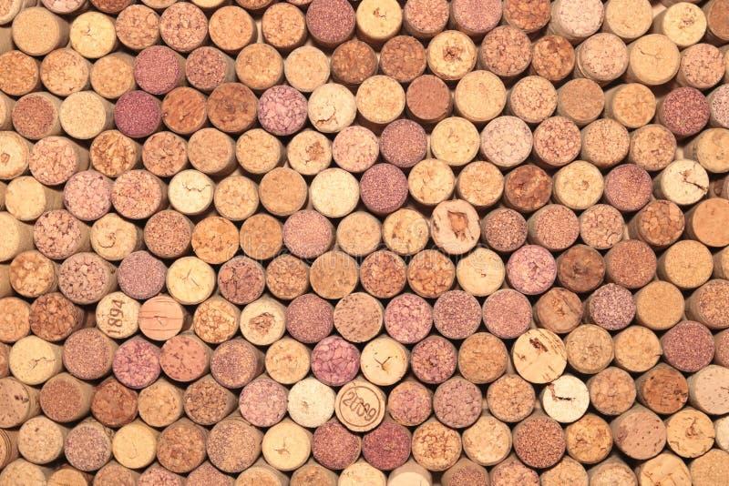 从红酒的老酒黄柏在使用的酒黄柏抽象棕色黄柏背景中 免版税库存图片