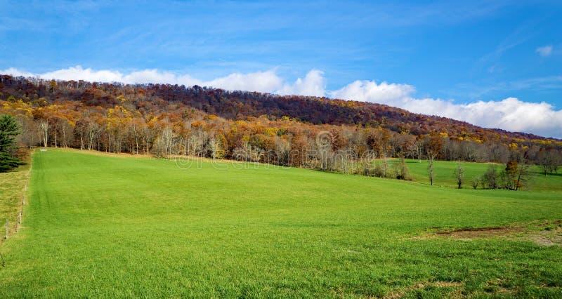 从约翰斯小河山的秋天视图 免版税图库摄影