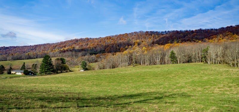 从约翰斯小河山- 2的秋天视图 免版税库存照片