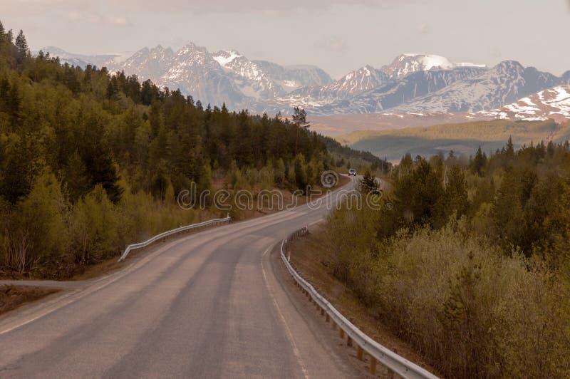 从纳尔维克的路往积雪覆盖的山的特罗姆瑟风的 免版税库存图片