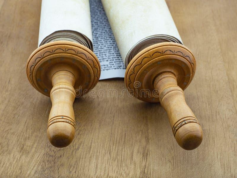 从纸莎草和木头的摩西五经纸卷在棕色颜色一张木桌上  免版税库存图片