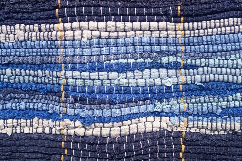从织品小条缝合的布料  针线,材料再用  在一个海洋样式的蓝色小条 免版税库存照片