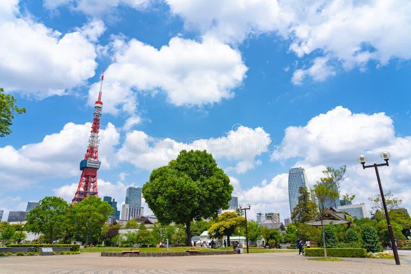 从绿色草坪的东京铁塔在芝公园在东京,日本 免版税库存图片