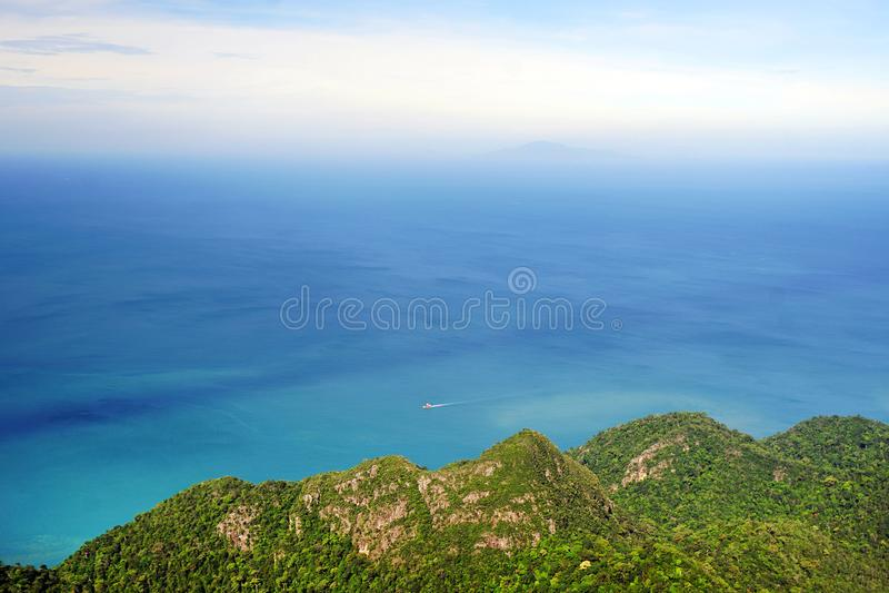 从缆车观点和山看见的蓝天、海,凌家卫岛全景  免版税库存图片