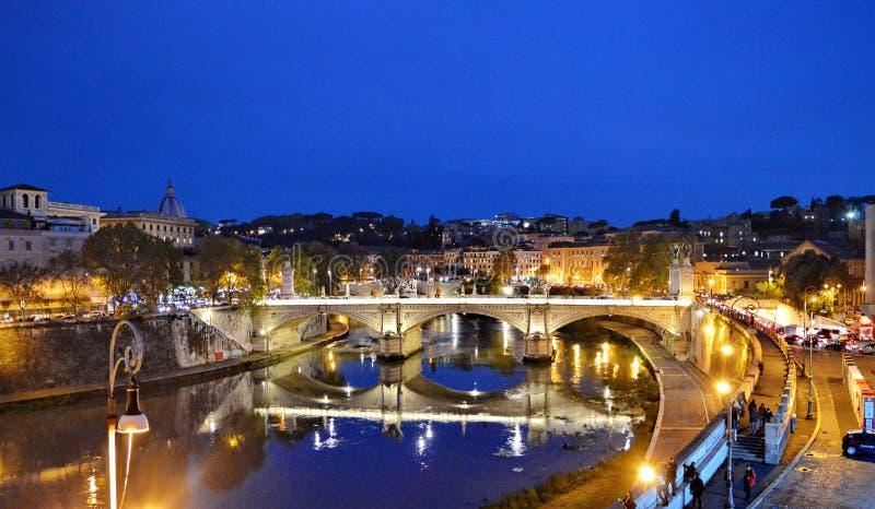 从罗马的桥梁和它的反射在河台伯河 免版税库存图片