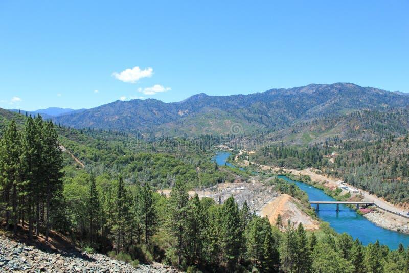 从美国加利福尼亚州沙斯塔大坝向下观看 免版税库存照片
