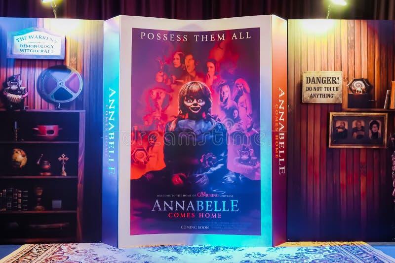 从美国恐怖电影'安娜贝勒的美丽的3D站着看的人回家'显示在宣传电影的戏院 免版税库存照片