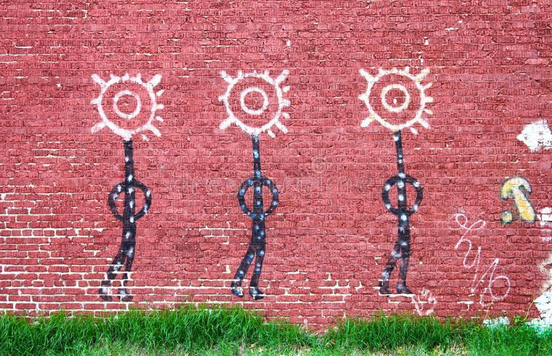 从美国本地人壁画的三个图在砖墙在土尔沙俄克拉何马美国大约2010年 图库摄影