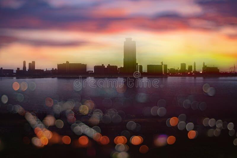 从美好的日落的抽象bokeh在宋卡泰国 城市 库存照片