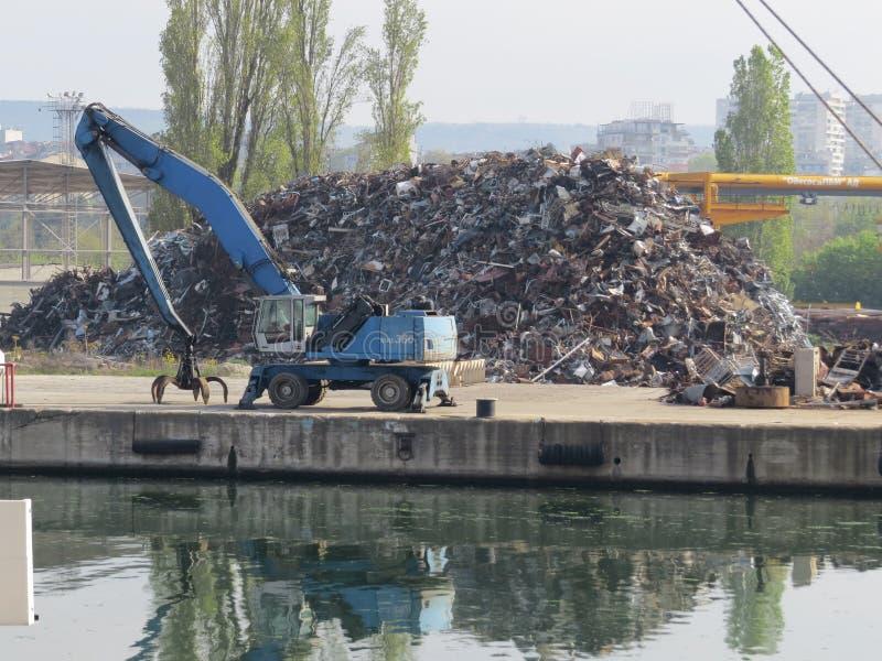 从老废金属的巨大的堆 钢片和残破的汽车 库存图片