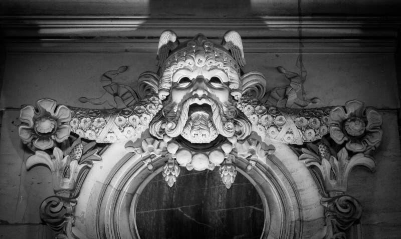 从老建筑石料面孔的浅浮雕 免版税图库摄影