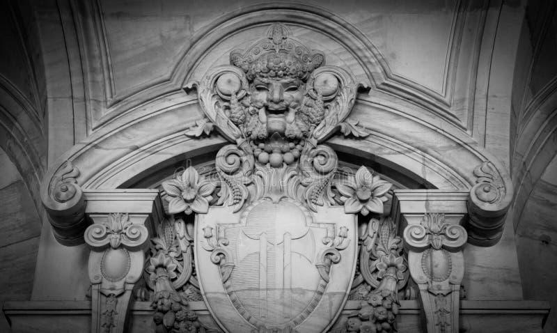 从老建筑石料面孔的浅浮雕 免版税库存照片