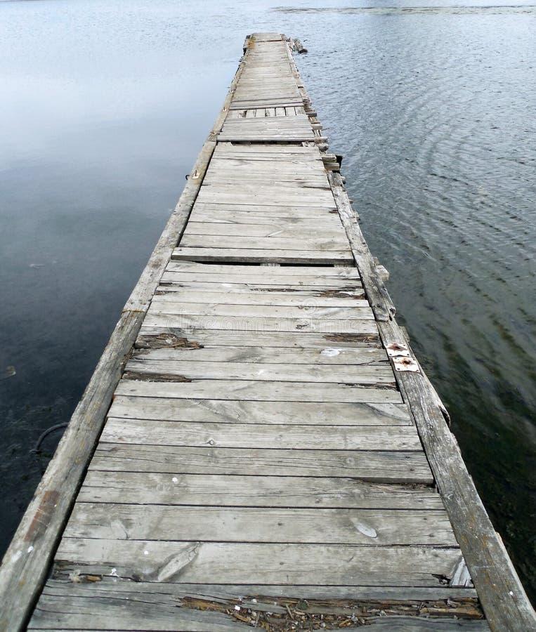从老木板的桥梁 免版税库存图片
