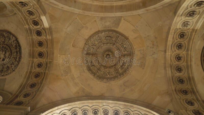 从老石天花板的底部的看法与大厦的建筑装饰的元素的,石膏灰泥 库存照片