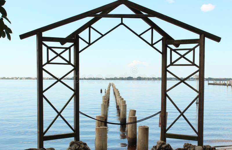 从老码头的打桩有塔在托马斯・爱迪生庄园的样式框架的在佛罗里达 免版税图库摄影