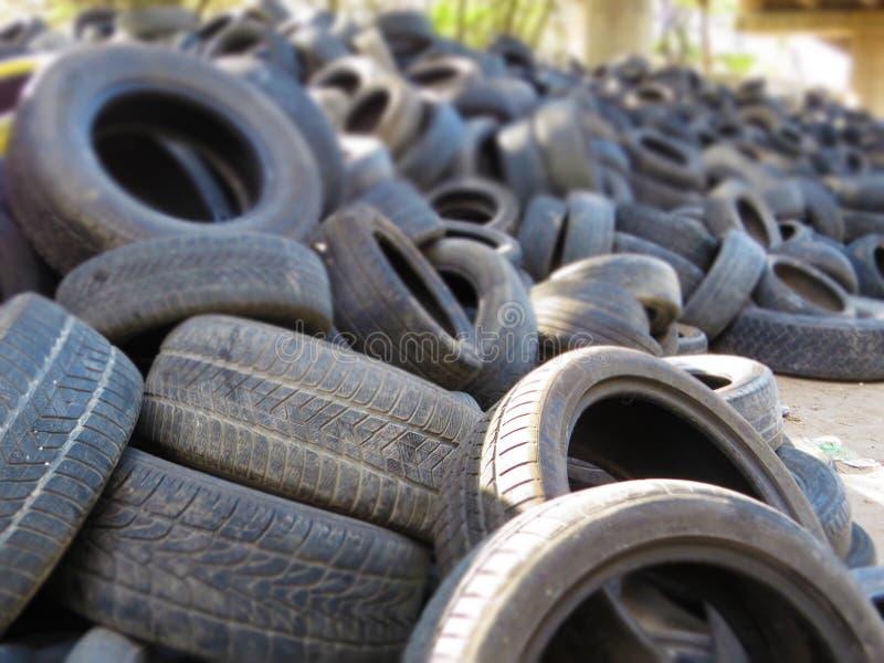 从老车胎的巨大的堆在一座桥梁下在瓦尔纳,保加利亚 污染所有  免版税图库摄影