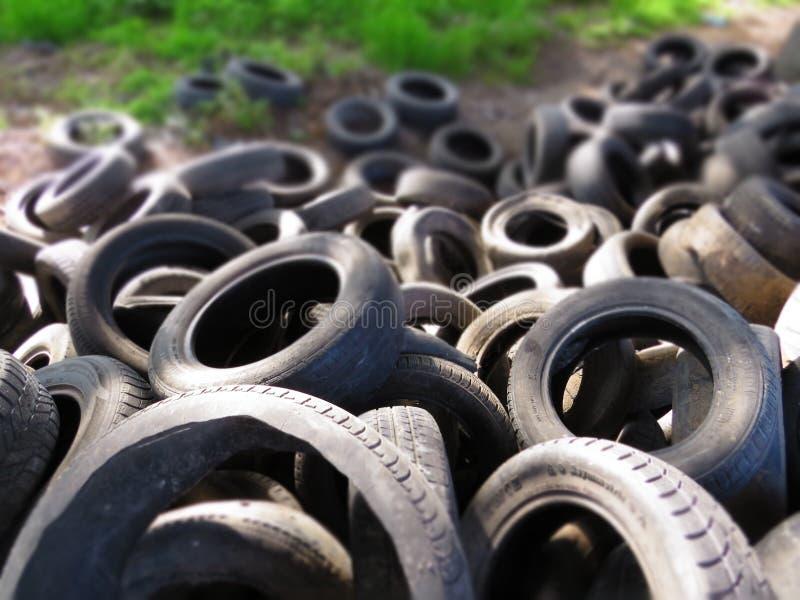 从老车胎的巨大的堆在一座桥梁下在瓦尔纳,保加利亚 污染所有  库存图片