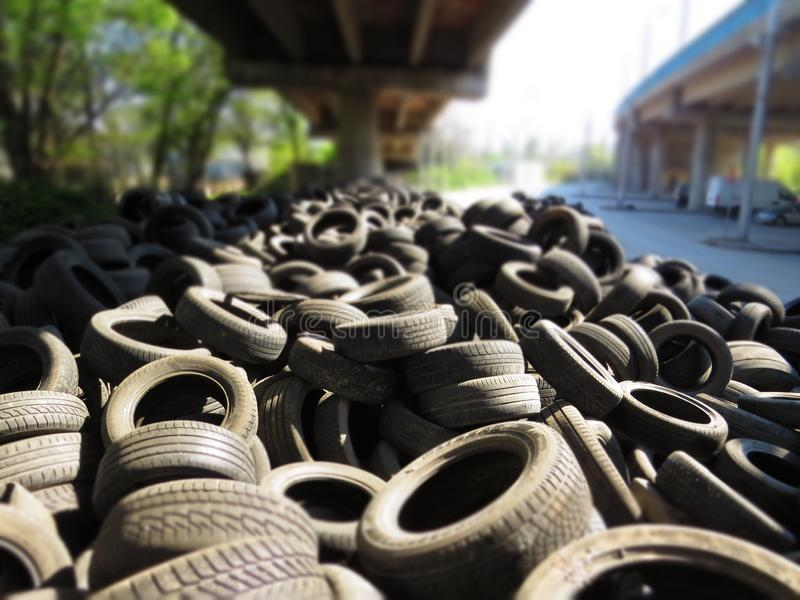 从老车胎的巨大的堆在一座桥梁下在瓦尔纳,保加利亚 污染所有  库存照片