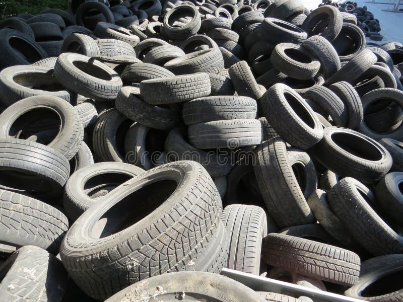 从老车胎的巨大的堆在一座桥梁下在瓦尔纳,保加利亚 污染所有  图库摄影