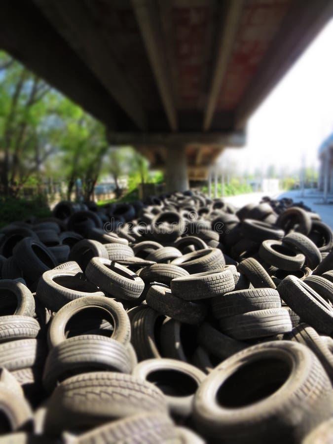 从老车胎的巨大的堆在一座桥梁下在瓦尔纳,保加利亚 污染所有  免版税库存照片