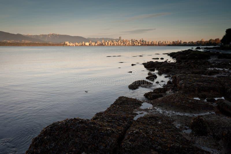 从耶利哥海滩的温哥华市中心,平衡 库存照片