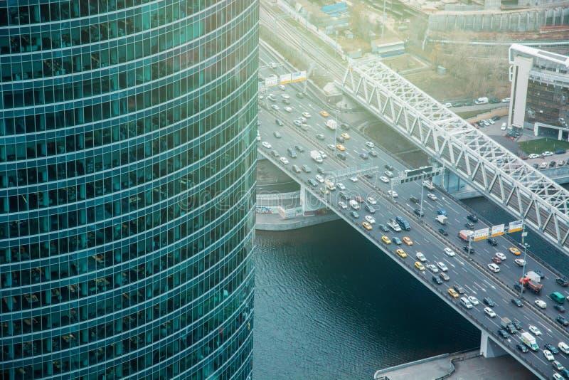从联盟塔莫斯科市的鸟瞰图 对高速公路的看法 都市的模式 夜和日落在城市 免版税库存照片
