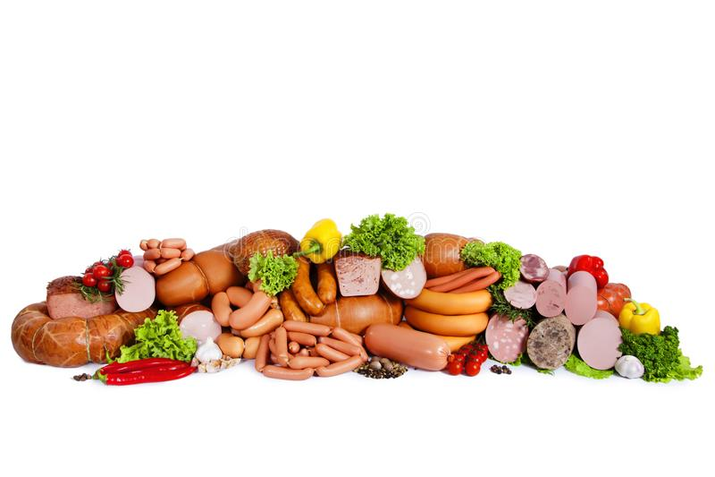 从肉制品的构成 用蔬菜沙拉菜和叶子装饰 背景查出的白色 免版税库存照片