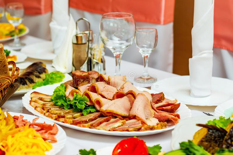从肉盘的冷的快餐在restaura的欢乐桌上 免版税库存照片