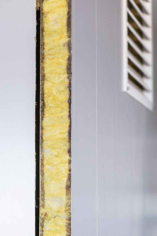 从能承受的回声吸收体夹心板的墙壁 图库摄影