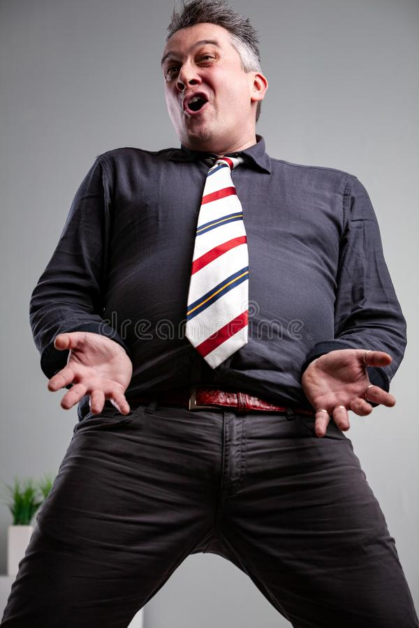 从膝盖的低角度人唱歌 免版税图库摄影