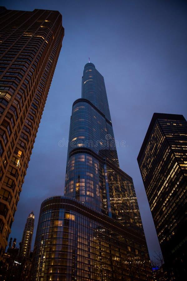 从芝加哥的王牌塔在晚上 在黄昏时间的芝加哥都市风景 库存照片