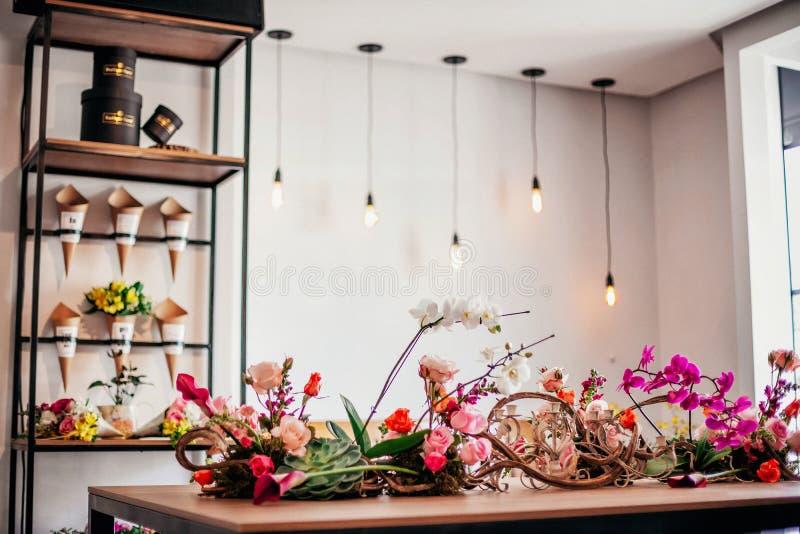 从花店的一vitrine 图库摄影