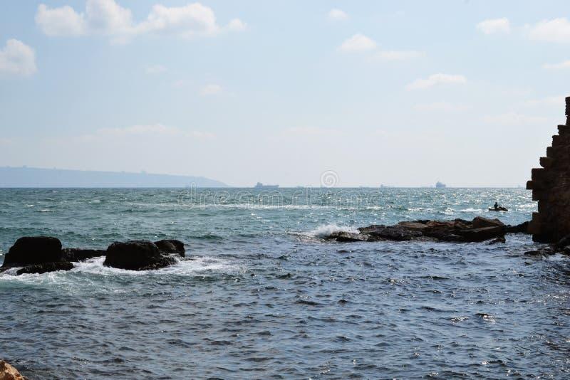 从英亩,Akko,防波堤和老住宅邻里包围的城市的海视图,以色列 免版税库存照片